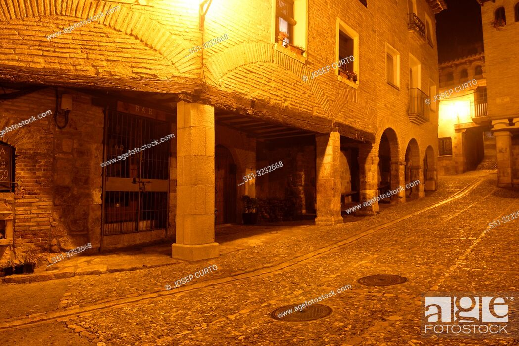 Photo de stock: night in the square of medieval village of Alquezar, Somontano, Huesca province, Aragon, Spain.