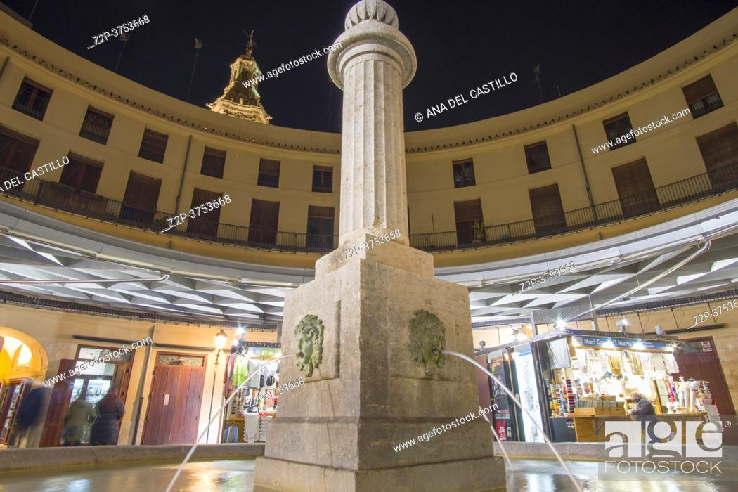 Imagen: Valencia Spain on December 10, 2020: Night in Christmas The round square.