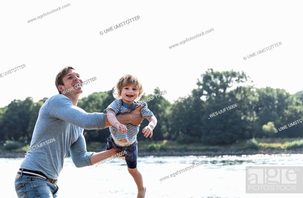 Imagen: Father and son having fun at the riverside.