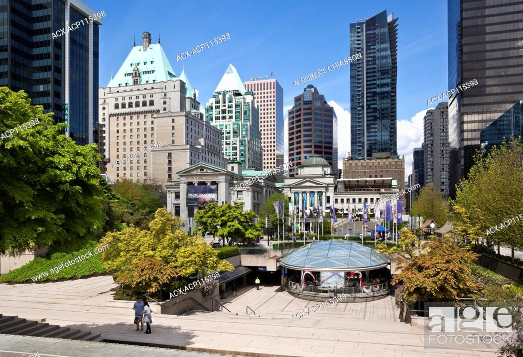 Imagen: Robson Square including a plaza, covered skating rink, Vancouver Art Gallery, etc. Beyond are office buildings that make up downtown Vancouver, British Columbia.