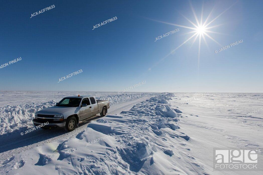 Imagen: A truck on an ice road on the Arctic Ocean, near Cambridge Bay, Nunavut, Canada.