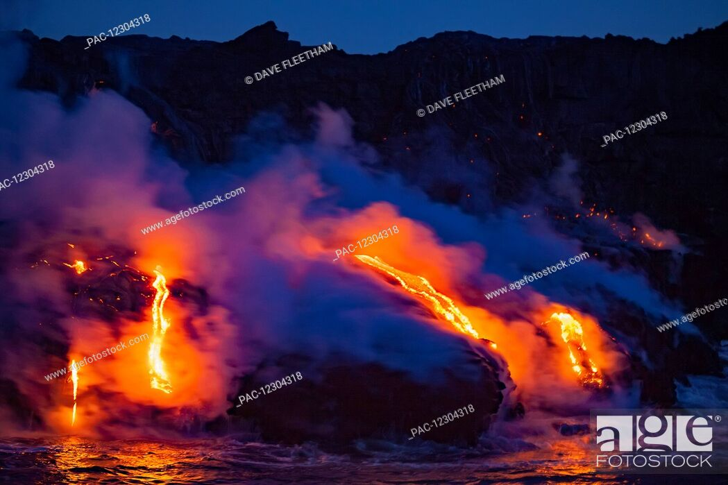 Imagen: The Pahoehoe lava flowing from Kilauea has reached the Pacific ocean near Kalapana; Island of Hawaii, Hawaii, United States of America.