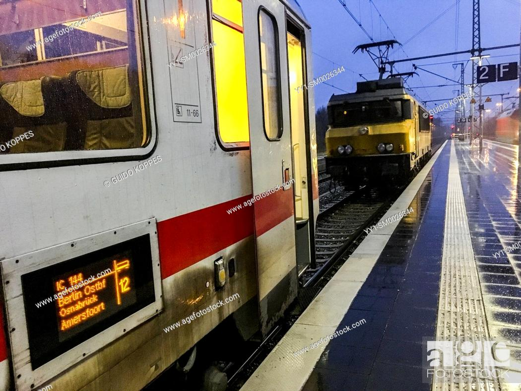 Imagen: Bad Bentheim, Germany. Stopover of the International Train between Amsterdam, Netherlands and Berlin, where locomotives have to be changed due to varety of.