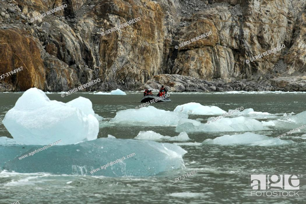 Photo de stock: Safari Endeavour cruise passengers in an inflatable boat in front of Dawes Glacier calves into the Endicott Arm fjord of Tracy Arm in Fords Terror Wilderness.