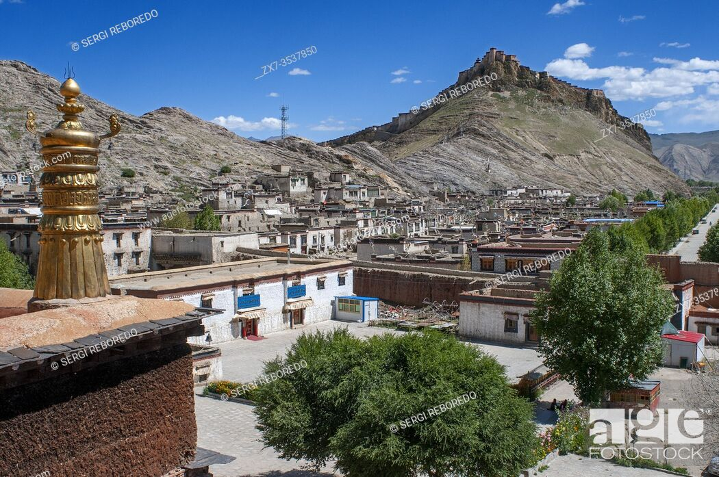 Stock Photo: Gyantse village or Gyangze town, Tibet, China. Views of Gyantse Dzong or Gyantse Fortress is located in the northeast of Gyantse at 3900 meters above sea level.