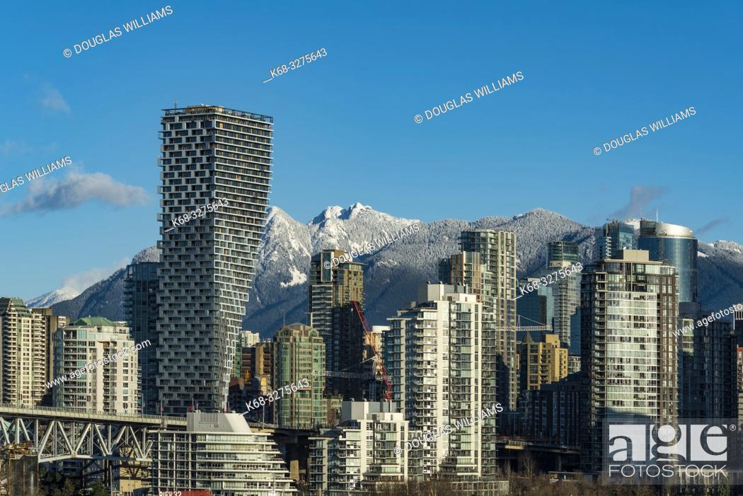Imagen: Skyline, dominated by Vancouver House, designed by Bjarke Ingels Group, from the south side of False Creek, Vancouver, BC, Canada.