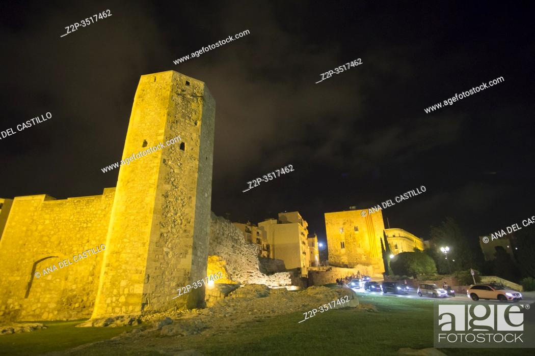 Imagen: The roman circus of Tarraco in Tarragona by night, Catalunya, Spain on September 21, 2019.