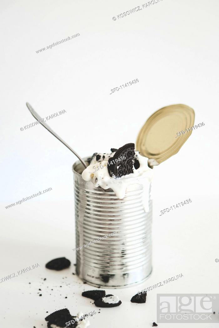 Photo de stock: An ice cream dessert with Oreo cookies served in a tin can.