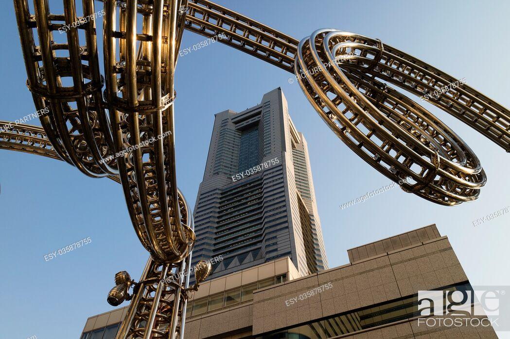 Photo de stock: Yokohama, Japan - June 15, 2017: Futuristic stainless steel construction and the Landmark tower on Queen's Square shopping centre in Minato Mirai, Yokohama.