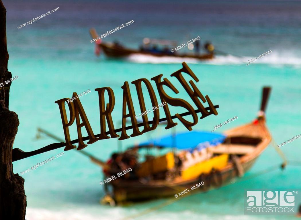 Imagen: Longtail boat on Long beach  Phi Phi Don island  Krabi province, Andaman Sea, Thailand.