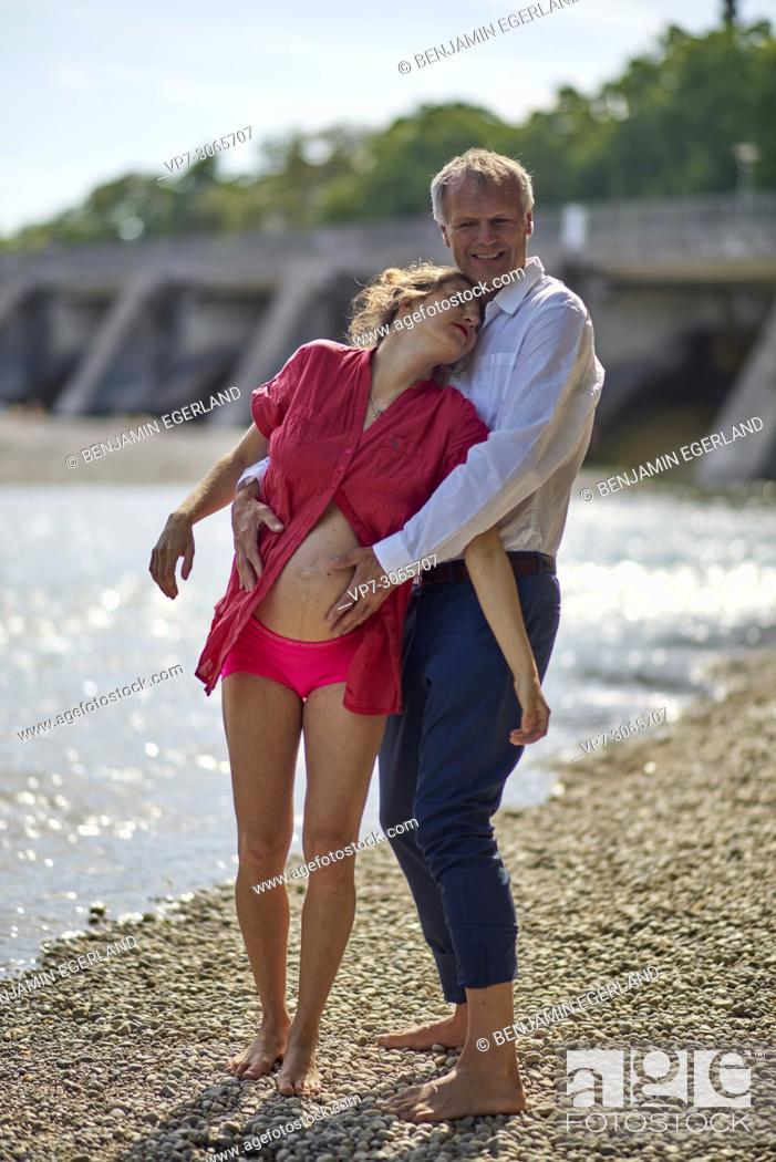 Photo de stock: Couple, pregnancy, age difference, love, freedom. At river Isar, Munich, Germany.