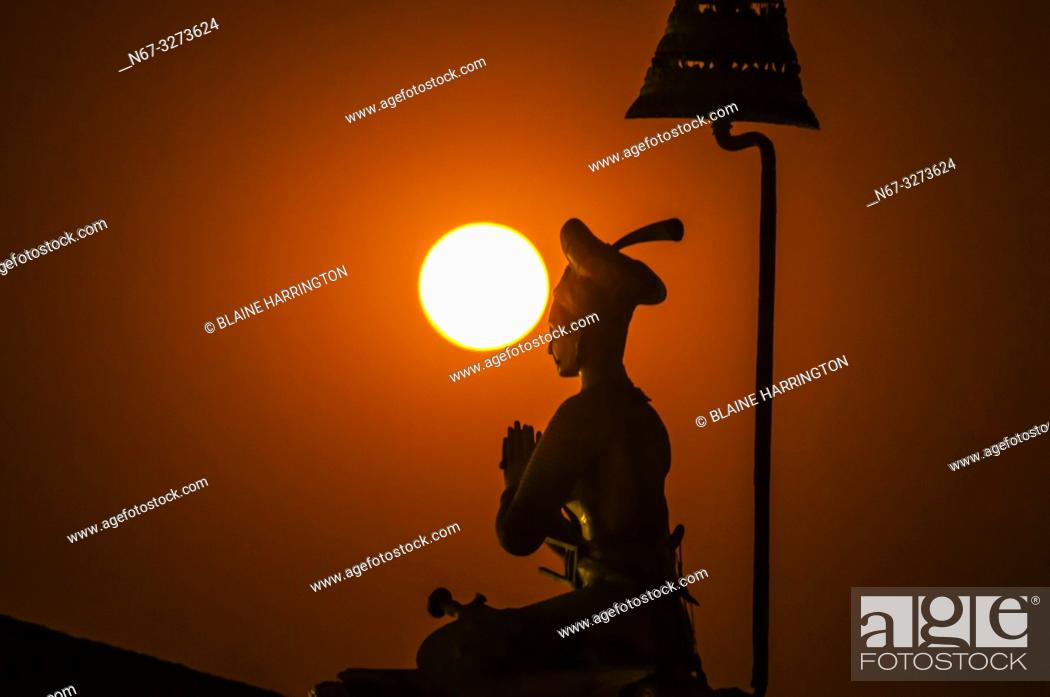 Photo de stock: The statue of King Bhupatindra Malla silhouetted by a full moon, Durbar Square, Bhaktapur, Kathmandu Valley, Nepal.