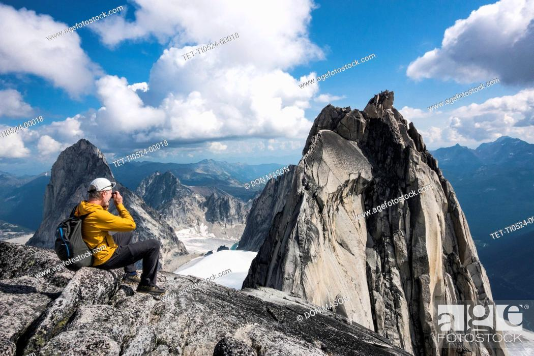Imagen: Man photographing mountain in Bugaboo Provincial Park, British Columbia, Canada.