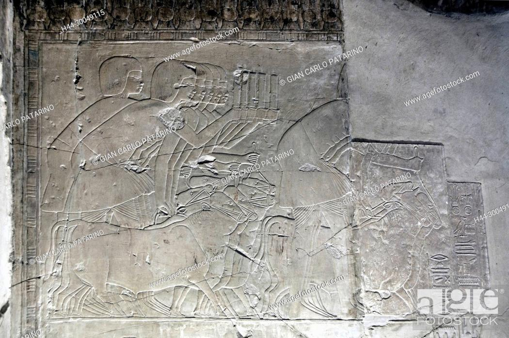 Imagen: Luxor, Egypt, tomb of Khaemhet Mahu (TT57) in the Nobles Tombs in Asasif necropolis: characters offering gifts.