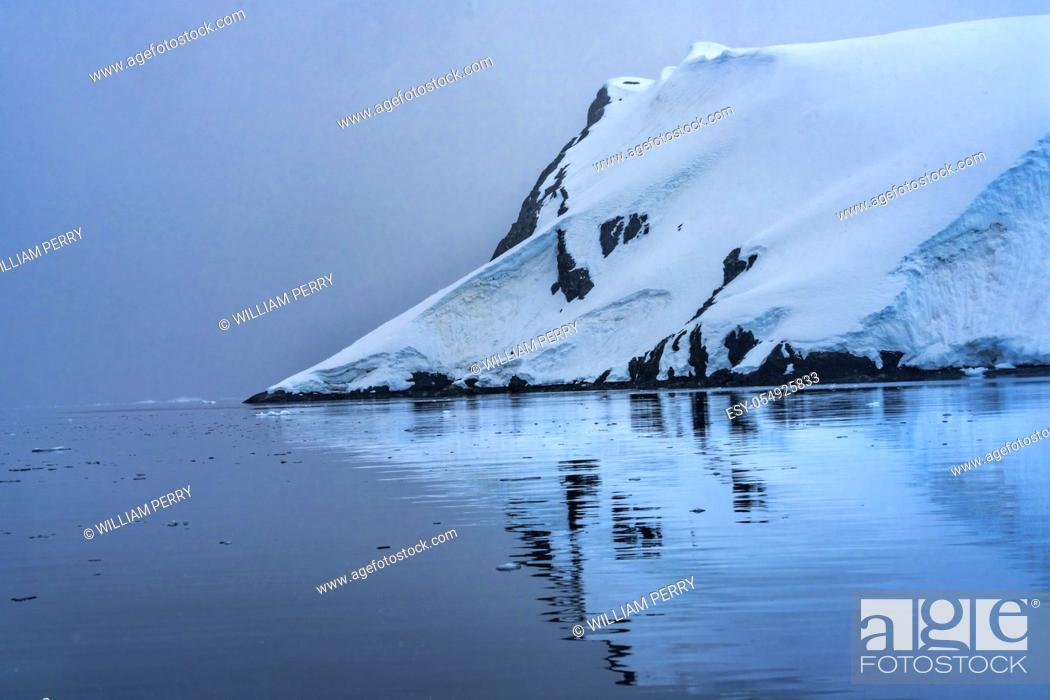 Imagen: Blue Glacier Snow Mountains Paradise Bay Skintorp Cove Antarctica. Glacier ice blue because air squeezed out of snow.