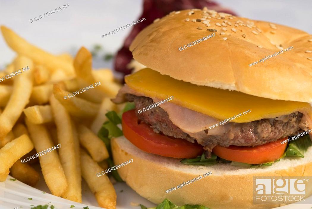 Imagen: Close-up of a hamburger and french fries.