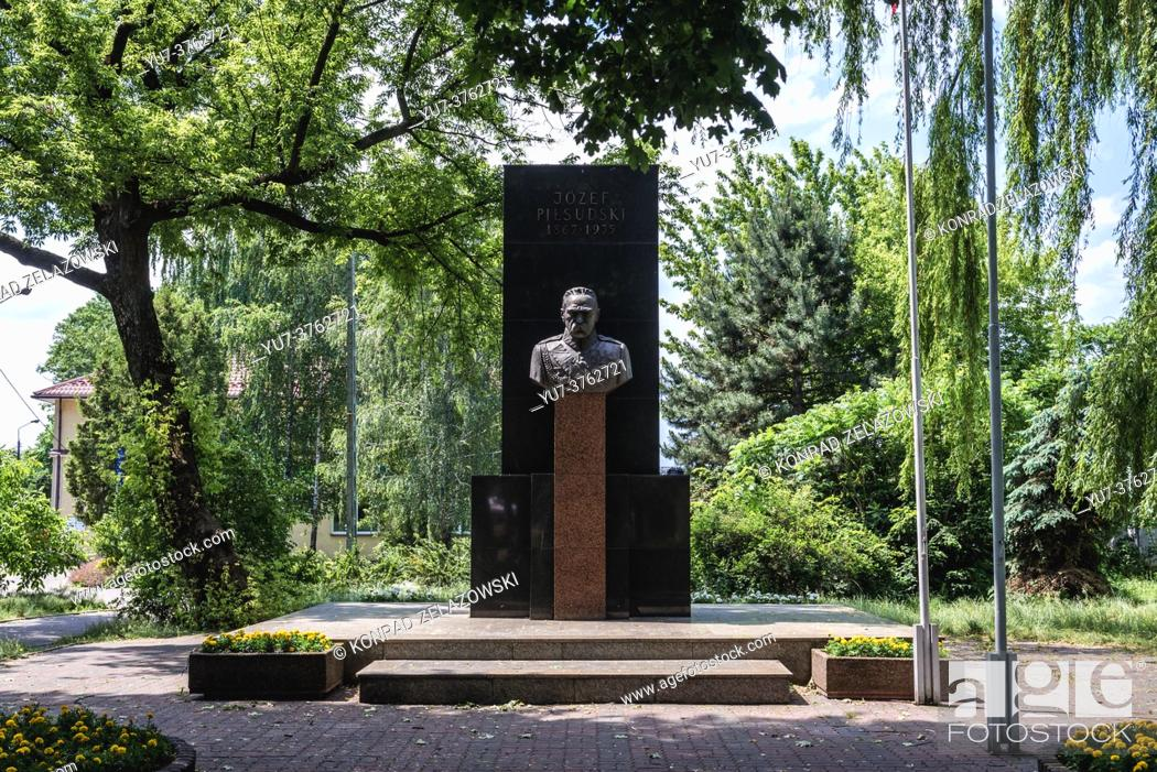 Photo de stock: Jozef Pilsudski monument in Wolomin, main town of Wolomin County situated in the Masovian Voivodship near Warsaw, Poland.