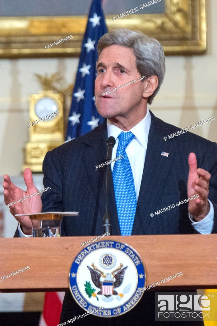 Imagen: US Secretary of State John Kerry (R) speaks during a press conference in the Benjamin Franklin room of the State Department in Washington, DC, USA 11 March 2015.