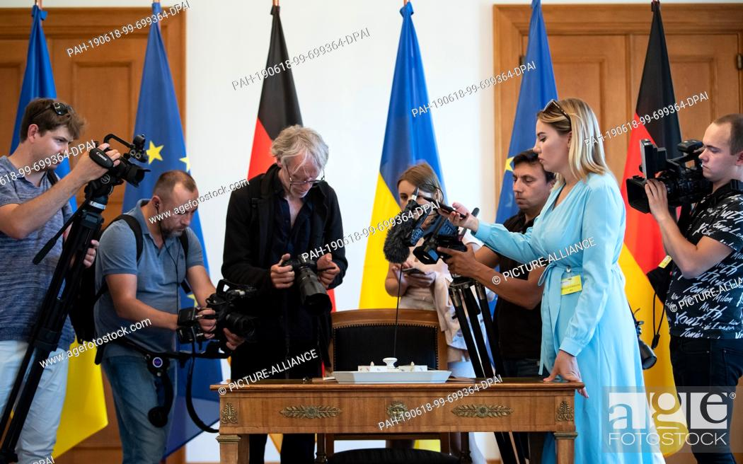 Imagen: 18 June 2019, Berlin: Ukrainian journalists film the President of Ukraine's entry in the guest book at Bellevue Castle. Photo: Bernd von Jutrczenka/dpa.