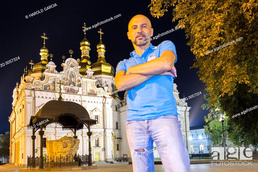 Imagen: Man standing near the Orthodox cathedral Kyiv Pechersk Lavra in Kiev, Ukraine.
