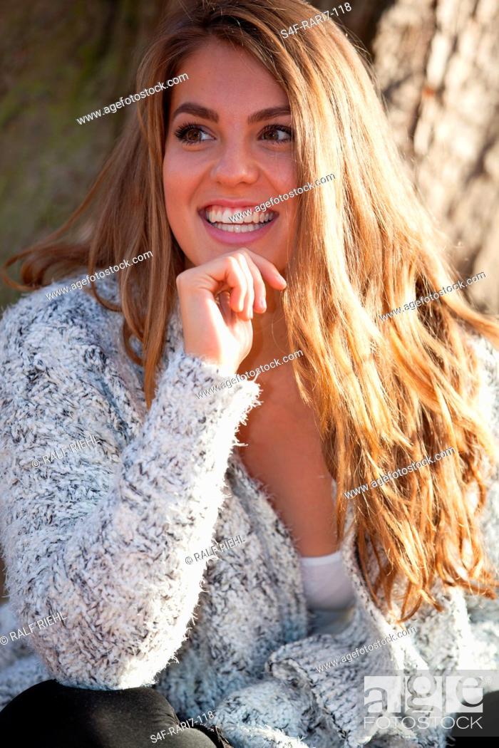 Imagen: Glückliche junge Frau im Freien.
