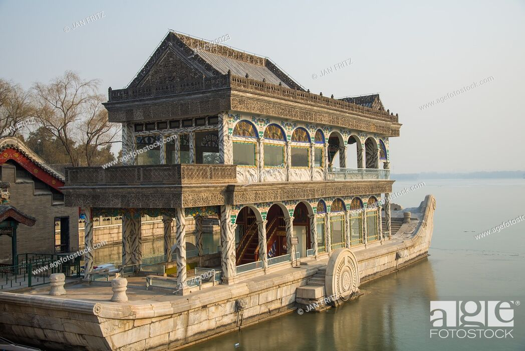 Imagen: marble boat at summer palace in beijing china.