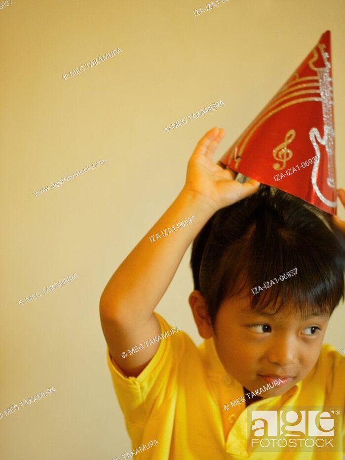 Imagen: Boy wearing a birthday hat.