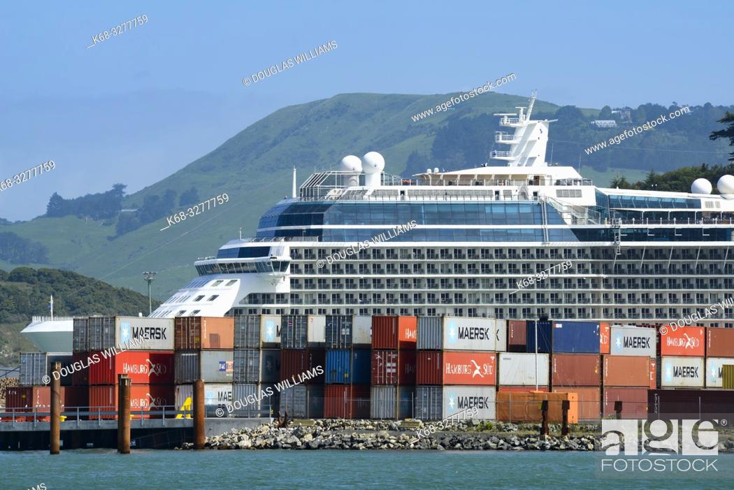 Imagen: A cruise ship in Port Chalmers, New Zealand.