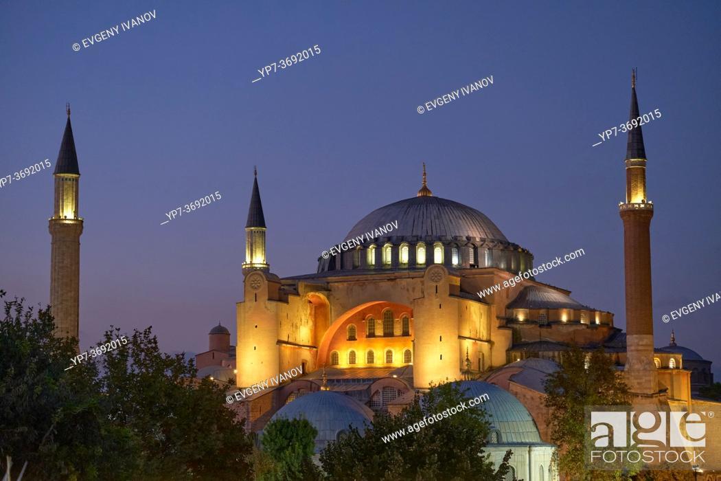 Imagen: Hagia Sophia Church /Mosque in Istanbul at night.