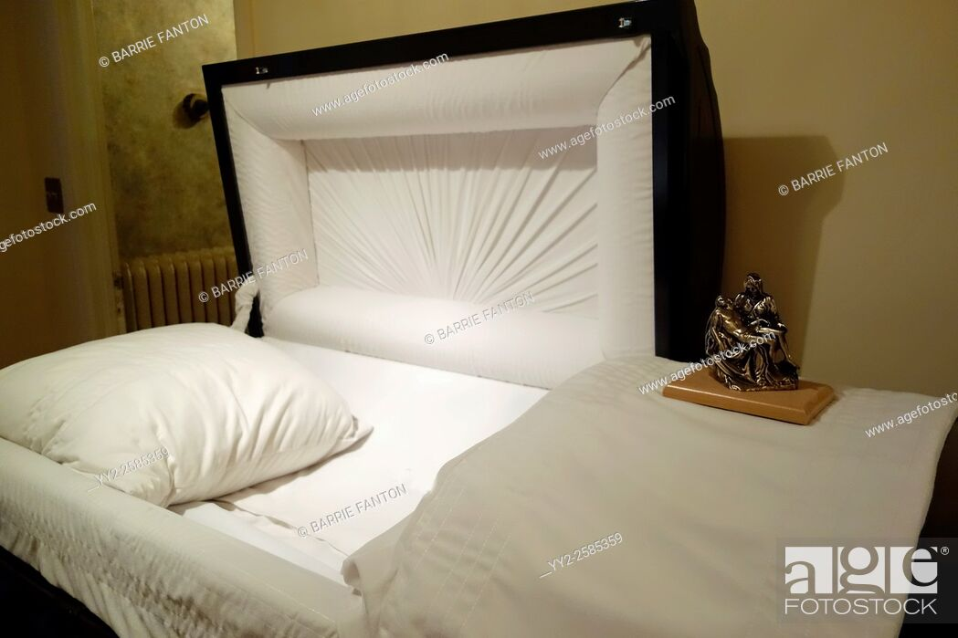 Imagen: Open Coffin in Funeral Home, Geneseo, New York, United States.
