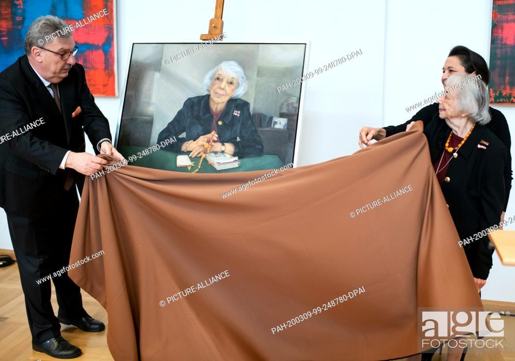 Stock Photo: 09 March 2020, Berlin: Margot Friedländer (r), the painter Stephanie von Dallwitz and Ralf Wieland (l, SPD), President of the Berlin House of Representatives.