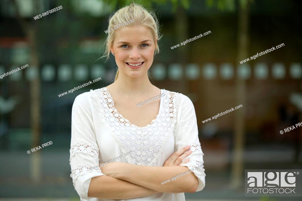 Stock Photo: Germany, North Rhine Westphalia, Cologne, Young woman smiling, portrait.