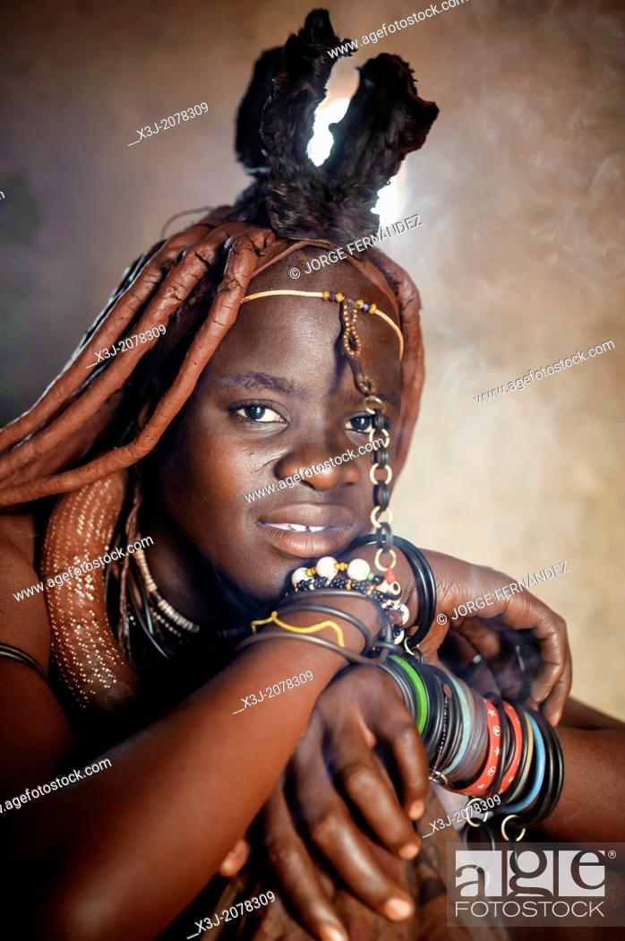 Imagen: Young himba woman inside her hut, Kunene, Namibia, Africa.