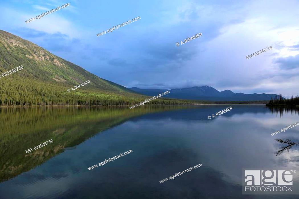 Imagen: Lake reflection in British Columbia, Canada.