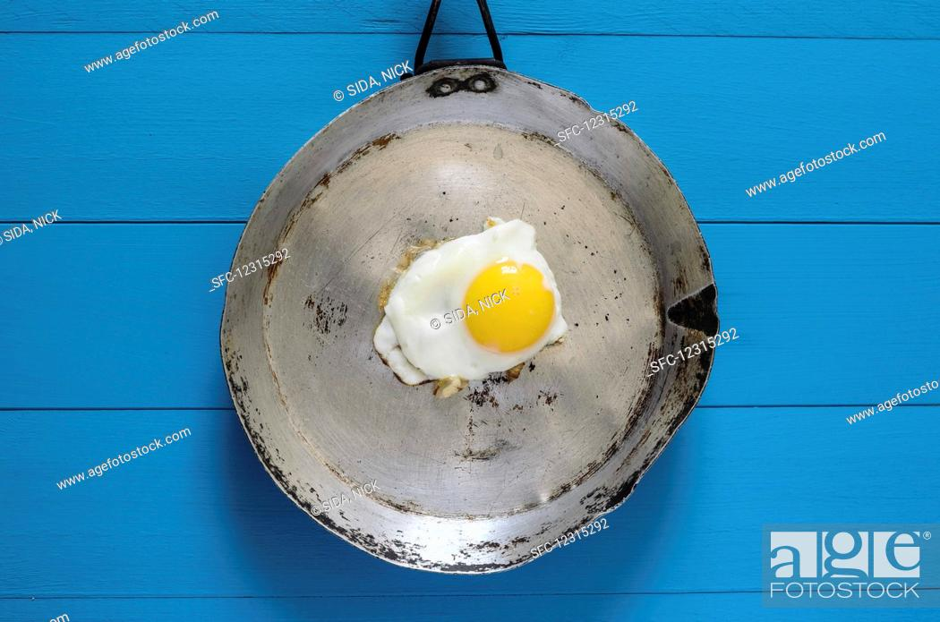 Imagen: A fried egg in an old pan.