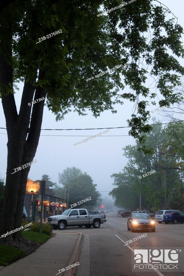 Imagen: Foggy street scene in Saugatuck, Michigan, MI, USA.