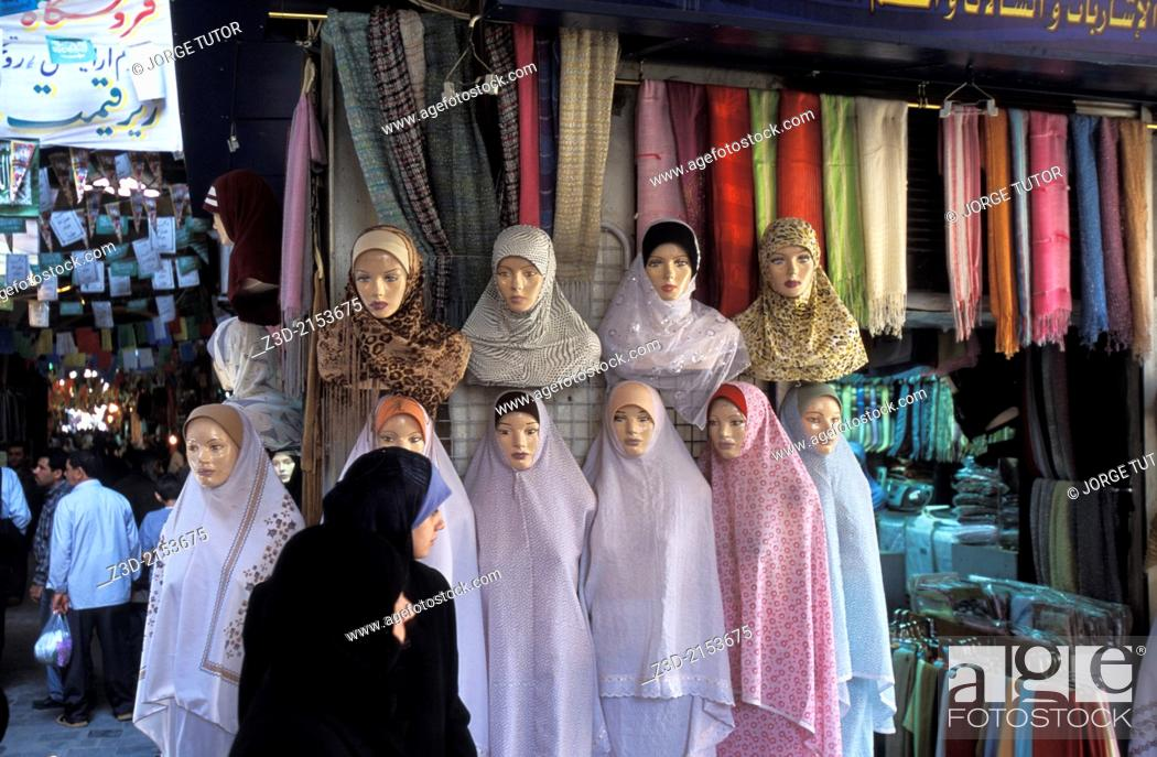 Imagen: Muslim woman going by at mannequins in Damascus market, Syria.