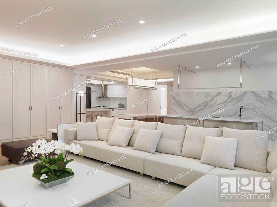 Imagen: Modern living room with white sectional sofa.