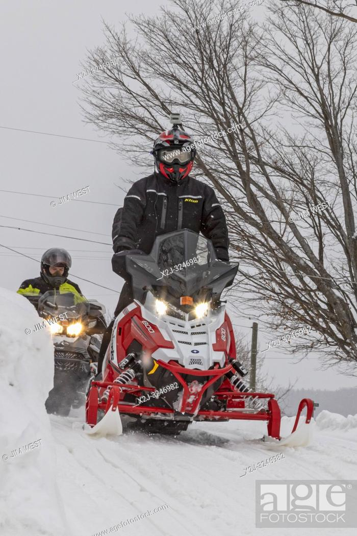 Imagen: Grand Marais, Michigan - Snowmobilers in a small town on Lake Superior in Michigan's upper peninsula.