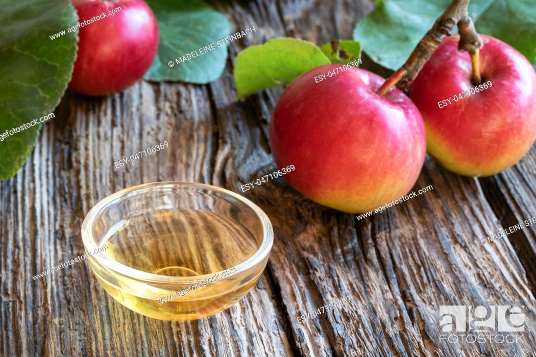 Imagen: A bowl of apple cider vinegar with fresh fruit.
