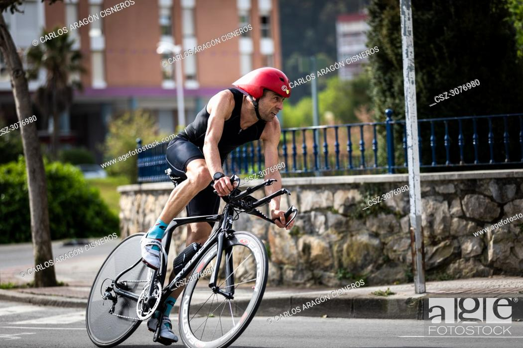 Photo de stock: CASTRO URDIALES, SPAIN - APRIL 22, 2018: Unidentified athlete in the cycling competition during the III Duathlon Triflavi of Castro Urdiales.
