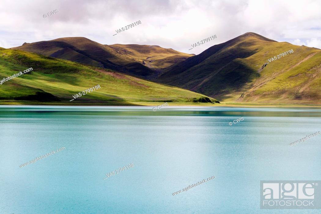 Imagen: The beautiful landscape of Yamdrok Lake, the holy lake in Tibet.