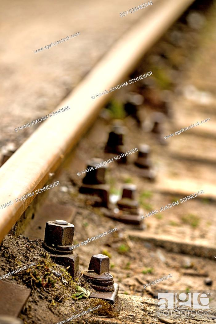 Imagen: Rails, track body with screws.