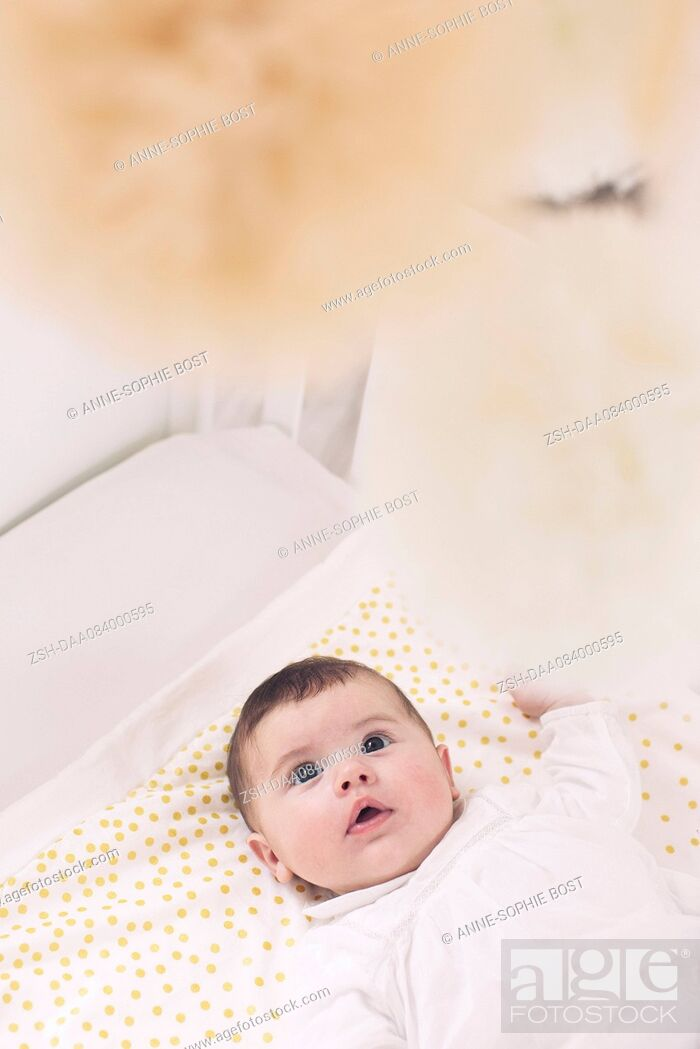 Imagen: Baby lying in crib.