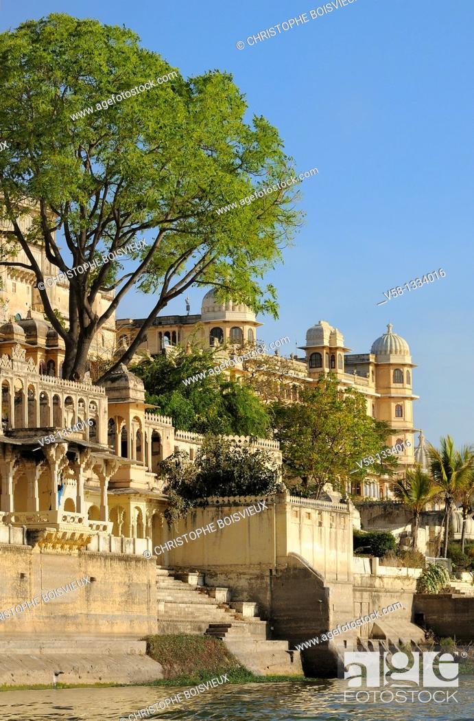 Stock Photo: India, Rajasthan, Udaipur, Lake Pichola and City Palace.