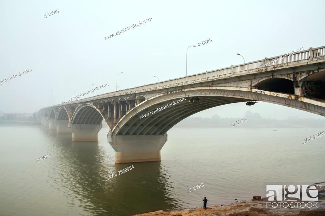 Imagen: Changsha, Hunan province, China - The view of Juzizhou bridge in the heavy Chinese haze.