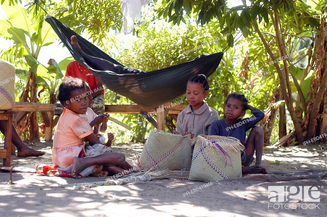 Imagen: Madagascar Anosy Region Young girls weave baskets in the shadows of the palm trees in Mahialambo.