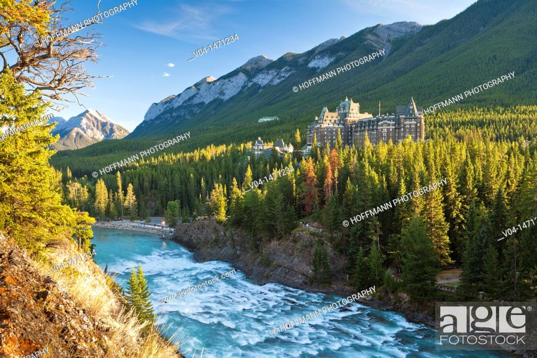 Imagen: The imposing Banff Springs Hotel with Bow River, Banff National Park, Alberta, Canada.