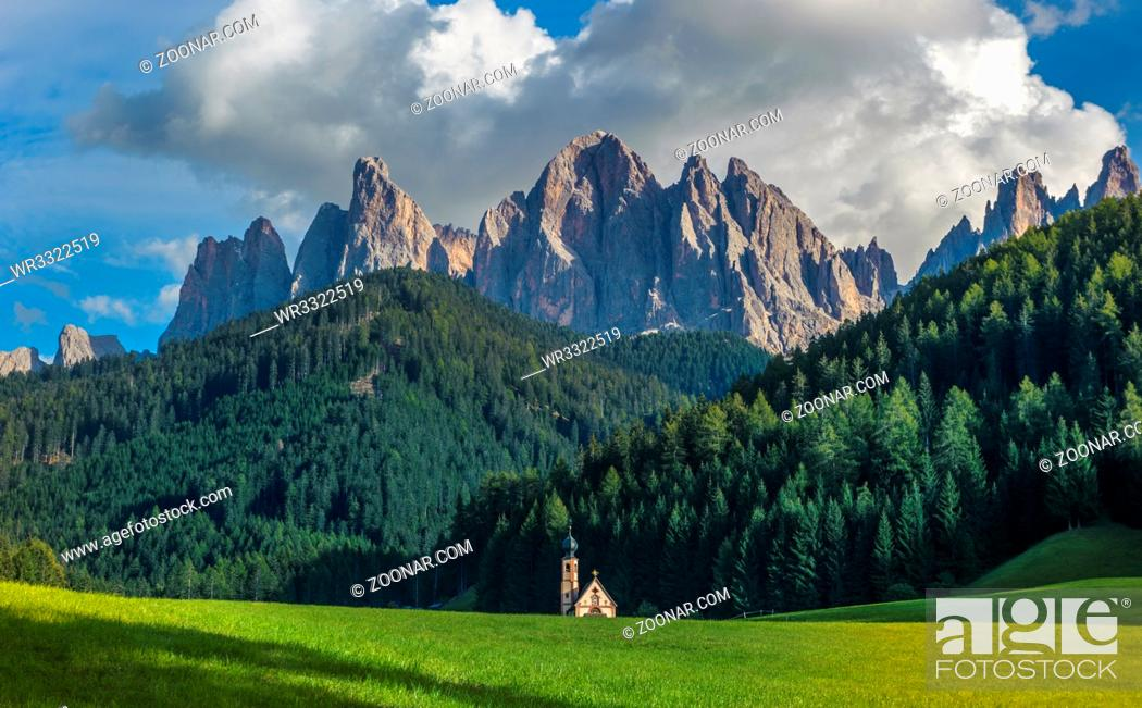 Imagen: St. John church in front of the Odle mountains, Funes Valley, Dolomites, Italy.