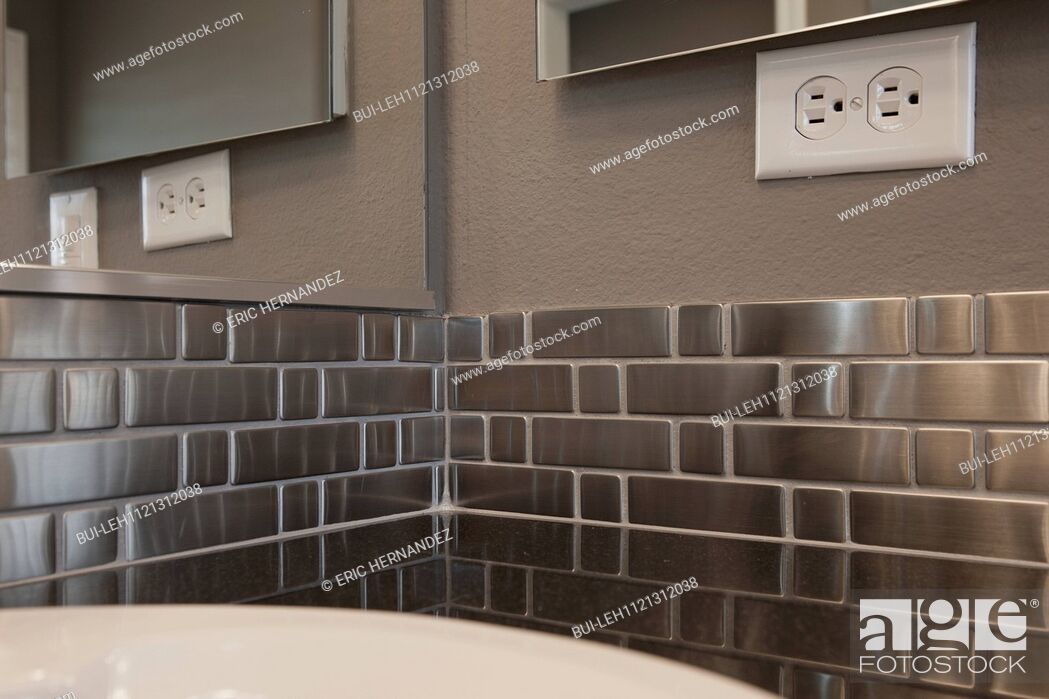 Imagen: Metallic backsplash in bathroom; Murrieta; California; USA.